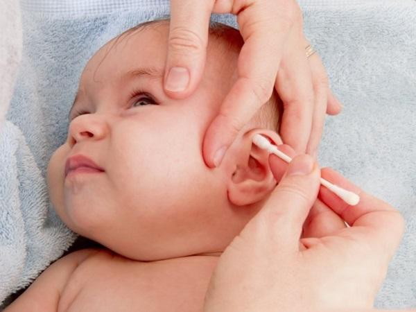 Dùng tăm bông vệ sinh tai cho con kiểu này, mẹ đang tự hại con mà không hề hay biết - Ảnh 1