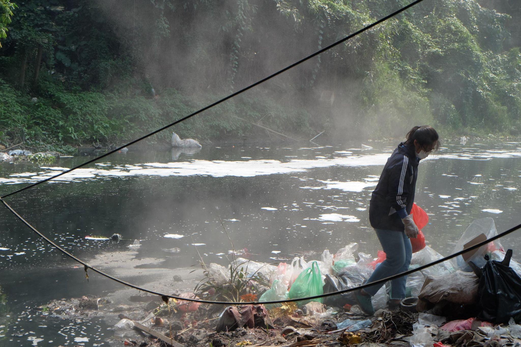 Hà Nội: Cá chép nhanh chóng 'chầu trời' sau khi bị thả xuống dòng nước ô nhiễm kinh hoàng - Ảnh 7