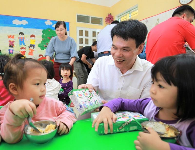 Vinamilk hỗ trợ 3 tỷ đồng cho người dân vùng lũ 3 tỉnh Yên Bái, Hòa Bình và Thanh Hóa - Ảnh 5