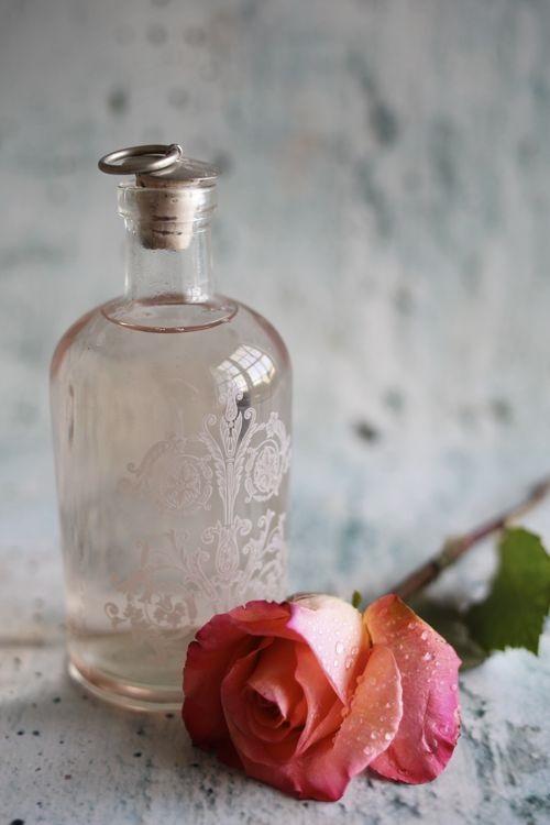 Làm trắng da, da hồng hào mịn màng với Vitamin C và nước hoa hồng