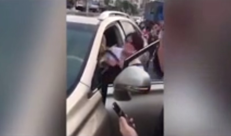Clip: Vợ chắn ngang xe hơi đang chạy, túm tóc, đánh ghen tình địch giữa phố - Ảnh 3