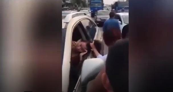Clip: Vợ chắn ngang xe hơi đang chạy, túm tóc, đánh ghen tình địch giữa phố - Ảnh 2