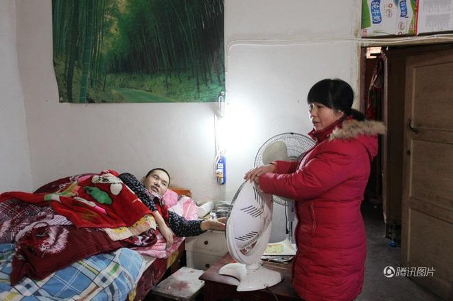 Vợ lấy chồng mới, cùng nhau chăm sóc chồng cũ bại liệt - Ảnh 2