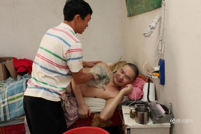 Vợ lấy chồng mới, cùng nhau chăm sóc chồng cũ bại liệt - Ảnh 4