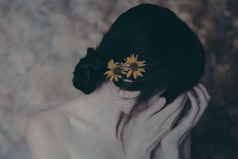 Sống  trong bóng tối không phận không danh, làm thân vợ bé khổ đau riêng mình - Ảnh 1
