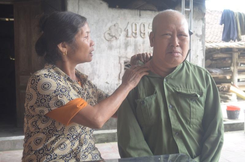 Người vợ nghèo bất lực nhìn chồng chết dần vì căn bệnh ung thư phổi: Không còn sức để khóc than cho số phận - Ảnh 1