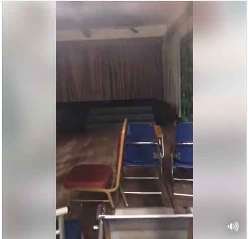 Vợ Xuân Bắc tiếp tục livestream chứng minh lớp chị dạy bị xếp phòng tệ nhất, cơ sở vật chất tồi tàn, bàn ghế toàn đi lượm ở bãi phế thải - Ảnh 6