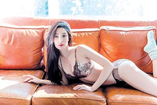 Hình ảnh bikini nóng bỏng của Clara Lee khiến Phi Thanh Vân khóc thét