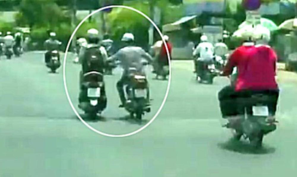 Bị 2 tên cướp giật túi xách giữa Sài Gòn, cô gái ngã xuống đường chết thảm - Ảnh 1