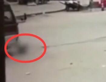 Bé gái 5 tuổi đi vệ sinh giữa đường bị xe buýt cán tử vong - Ảnh 3