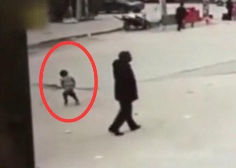 Bé gái 5 tuổi đi vệ sinh giữa đường bị xe buýt cán tử vong - Ảnh 1