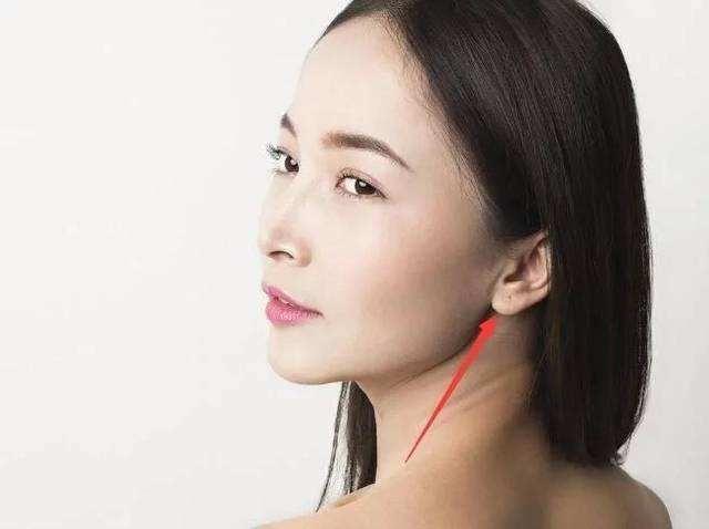Phụ nữ có dái tai vừa to vừa mềm thường là người ôn hòa, hết sức rộng lượng và đặc biệt rất quan tâm, chăm sóc đến chồng con