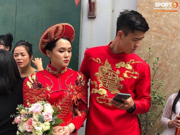 Bức ảnh HOT nhất đám hỏi Duy Mạnh - Quỳnh Anh: Cô dâu bị cảm, chú rể xoa đầu giúp vợ - Ảnh 2