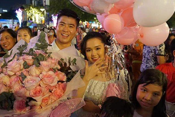 Bức ảnh HOT nhất đám hỏi Duy Mạnh - Quỳnh Anh: Cô dâu bị cảm, chú rể xoa đầu giúp vợ - Ảnh 3