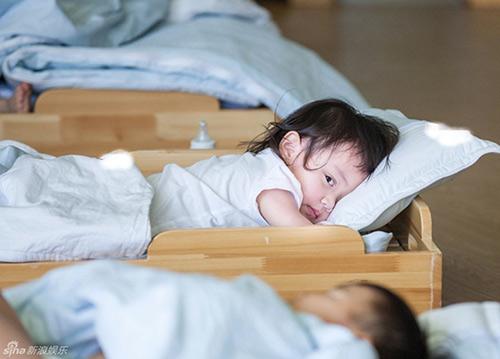 Em bé suýt tử vong vì người lớn không rửa tay trước khi bế - Ảnh 1