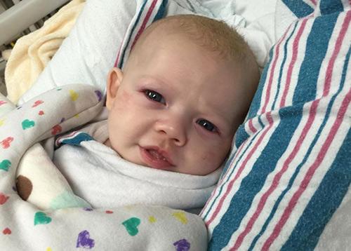 Em bé suýt tử vong vì người lớn không rửa tay trước khi bế - Ảnh 2