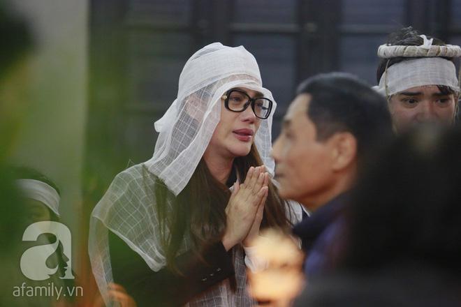 Trương Ngọc Ánh nghẹn ngào tiều tụy trong đám tang cha ruột - Ảnh 2
