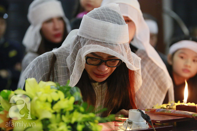 Trương Ngọc Ánh nghẹn ngào tiều tụy trong đám tang cha ruột - Ảnh 8