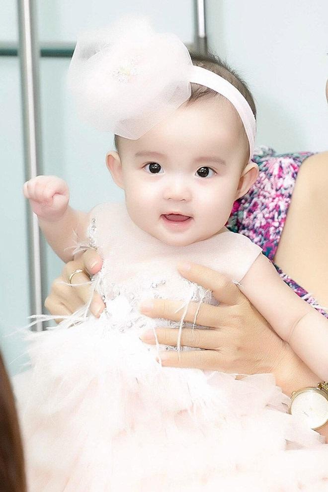 Con gái của Vy Oanh và chồng đại gia hơn 15 tuổi gây chú ý hơn cả mẹ - Ảnh 4