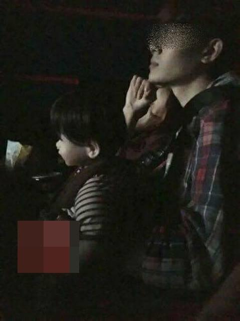 Nam thanh niên mang búp bê khi đi xem phim khiến cả rạp sợ kinh hồn
