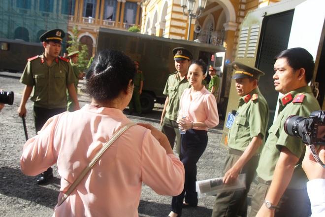 Ngày thứ 5 xét xử vụ hoa hậu Phương Nga: Bị cáo cười tươi, tự tin bước vào phòng xử án - Ảnh 2