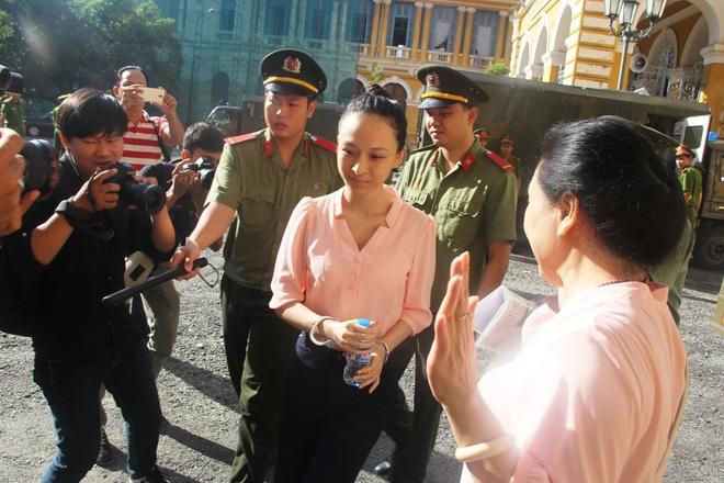 Ngày thứ 5 xét xử vụ hoa hậu Phương Nga: Bị cáo cười tươi, tự tin bước vào phòng xử án - Ảnh 4