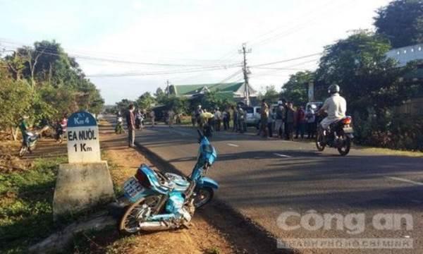 Taxi kéo lê xe máy 20m, 3 người thương vong - Ảnh 2