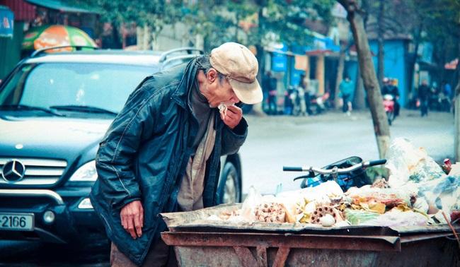 Xót lòng cảnh những cụ già ăn đồ thừa sống qua ngày - Ảnh 1