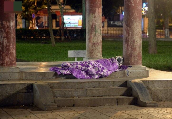 Giữa cái rét đầu đông, xót xa những mảnh đời vô gia cư co ro trên đường phố Hà Nội - Ảnh 4