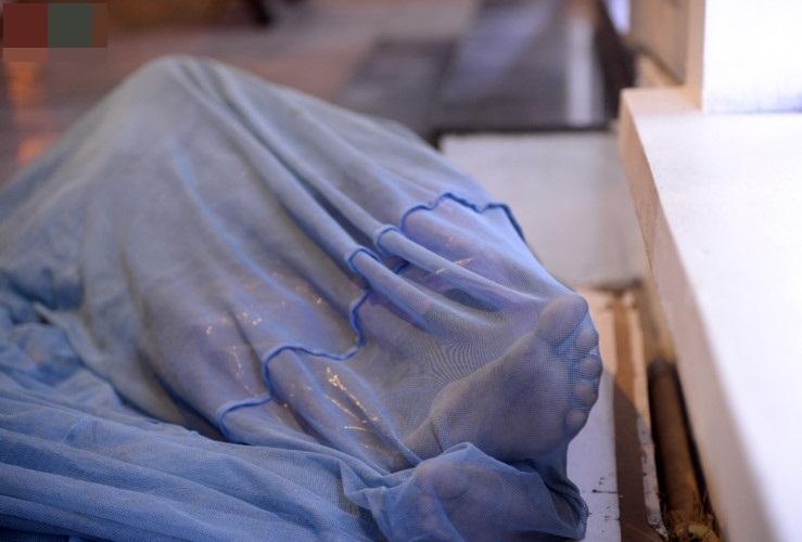Giữa cái rét đầu đông, xót xa những mảnh đời vô gia cư co ro trên đường phố Hà Nội - Ảnh 5