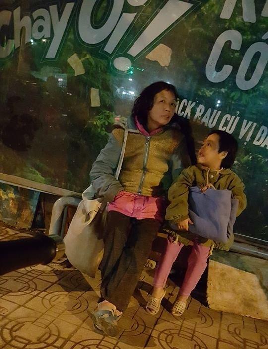 Giữa cái rét đầu đông, xót xa những mảnh đời vô gia cư co ro trên đường phố Hà Nội - Ảnh 6