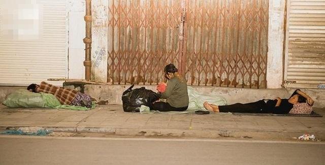 Giữa cái rét đầu đông, xót xa những mảnh đời vô gia cư co ro trên đường phố Hà Nội - Ảnh 1