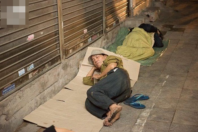 Giữa cái rét đầu đông, xót xa những mảnh đời vô gia cư co ro trên đường phố Hà Nội - Ảnh 2