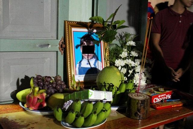 Xót xa lễ tang lúc nửa đêm của bé gái 8 tuổi tử vong dưới ao do tai nạn khi tập xe đạp - Ảnh 1