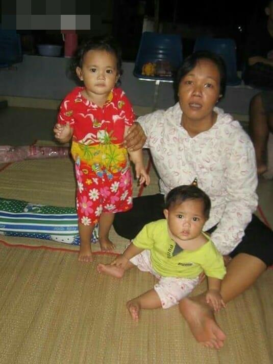 Xót xa người mẹ nghèo cặp nách 2 con thơ đi bán vé số, kiếm từng đồng điều trị cho con trai lớn bị tai nạn thương tâm - Ảnh 3