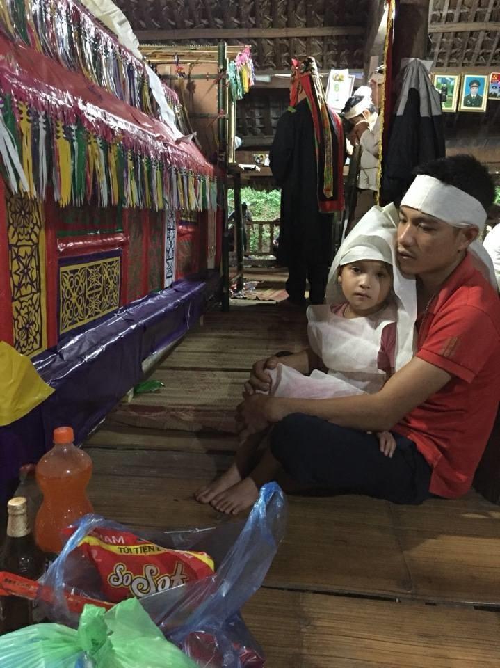 Nỗi đau của người cha 29 tuổi một nách ba con học cách chăm hai con sinh đôi mồ côi mẹ khi mới 8 ngày tuổi - Ảnh 2