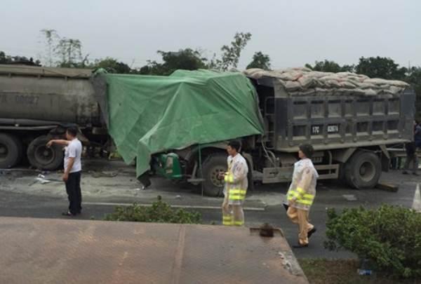 Xe tải húc đuôi xe chở xăng dầu, 3 người thương vong - Ảnh 1