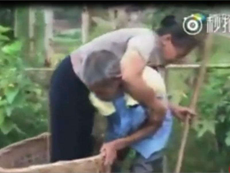 Xúc động hình ảnh người chồng mù cõng vợ đau yếu ra đồng suốt 29 năm - Ảnh 3