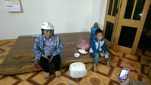 Sập cầu ở Yên Bái: Mẹ con thiếu phụ gào khóc tìm chồng, gọi cha trong đêm mưa lũ - Ảnh 2