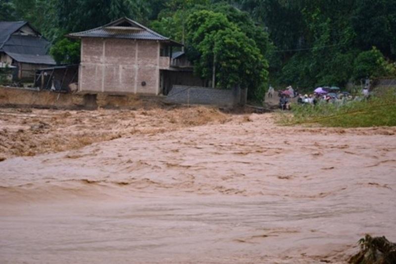 Sập cầu ở Yên Bái: Mẹ con thiếu phụ gào khóc tìm chồng, gọi cha trong đêm mưa lũ - Ảnh 3