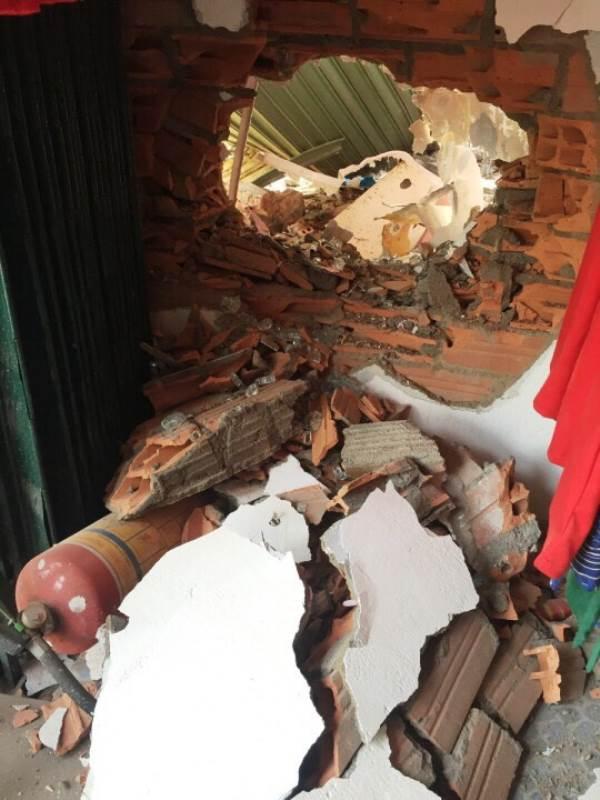 Xe container mất lái ủi vào nhà dân ở Sài Gòn - Ảnh 2