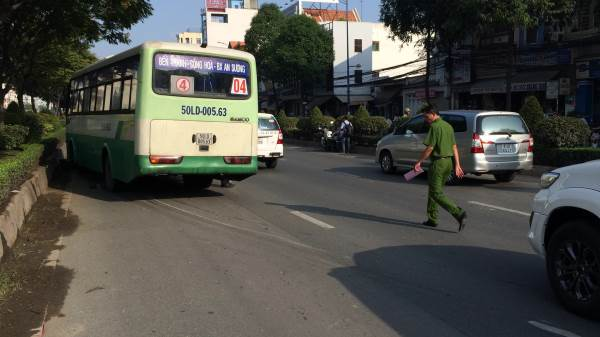 Người đàn ông và nữ sinh bị xe buýt kéo lê ở Sài Gòn - Ảnh 1