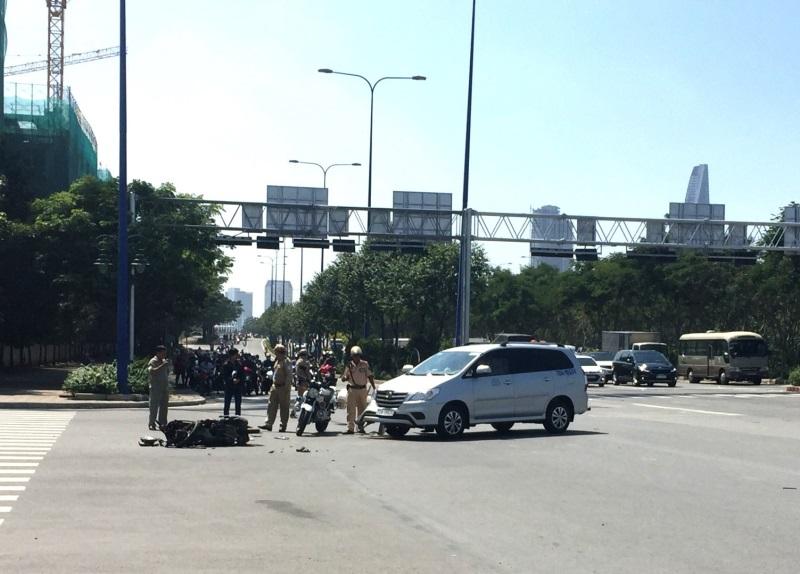 Xe máy chở 3 va chạm với ô tô ở Sài Gòn, 2 người bị thương - Ảnh 1
