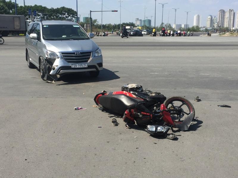 Xe máy chở 3 va chạm với ô tô ở Sài Gòn, 2 người bị thương - Ảnh 2
