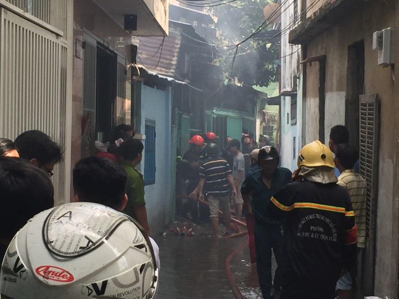 Cháy nhà ở hẻm Sài Gòn, nhiều người hốt hoảng - Ảnh 1