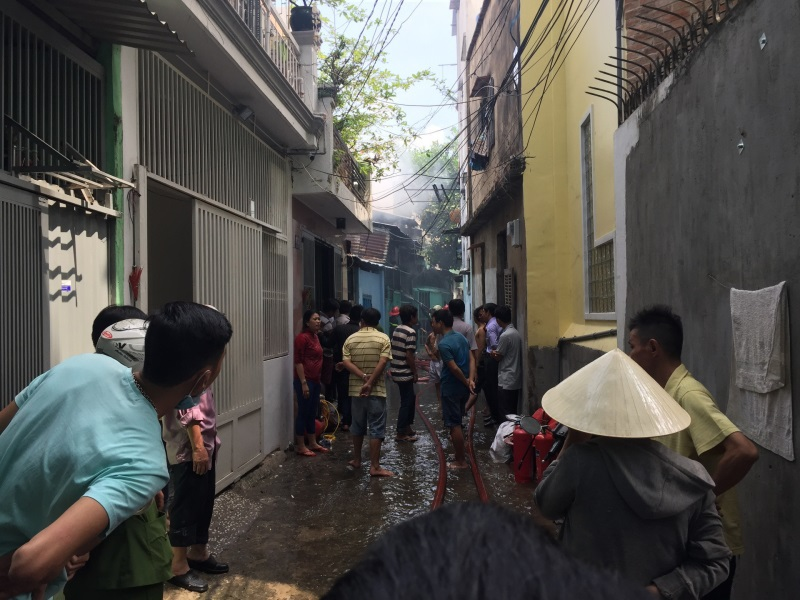 Cháy nhà ở hẻm Sài Gòn, nhiều người hốt hoảng - Ảnh 2