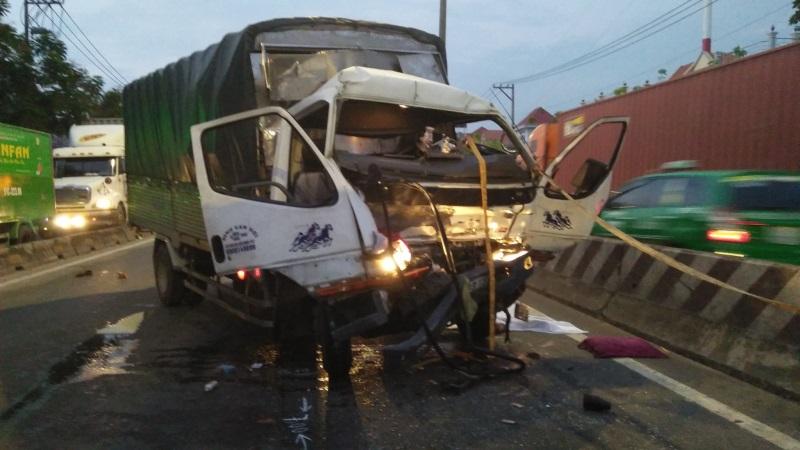 Tài xế tử vong khi lái xe tải tông vào đuôi xe container đang dừng ở QL1 - Ảnh 1